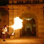 Mangiatore di fuoco davanti a un castello