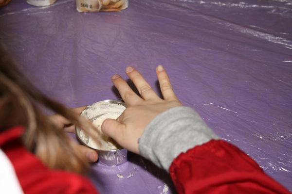 Giovane cuoca al lavoro su un cupcake