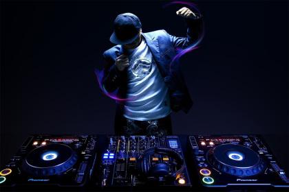 DJ al mixer