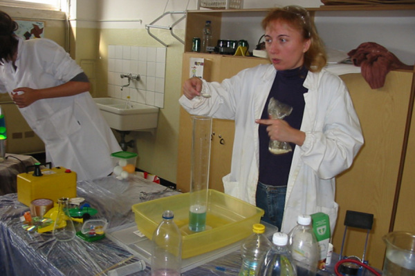 Una scienziata mostra un esperimento