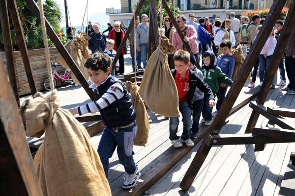 Bambini affronta la prova dei sacchi