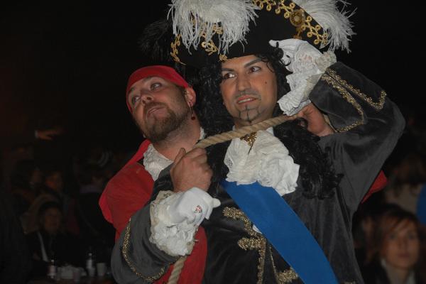 Un pirata tiene in ostaggio un ammiraglio