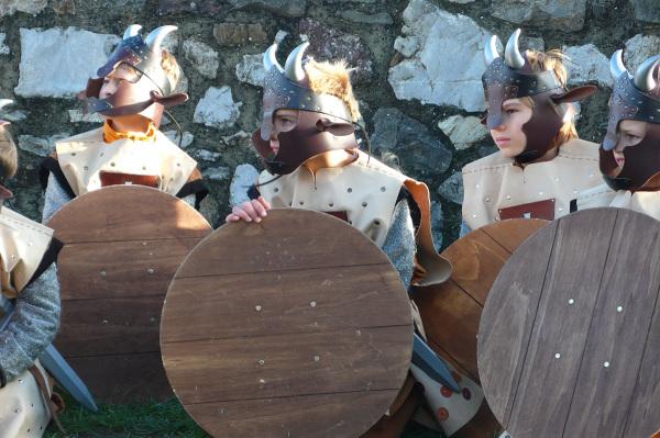 Giovani guerrieri armati di spada e scudo