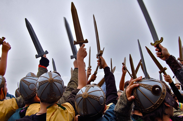 Esercito leva le spade al cielo
